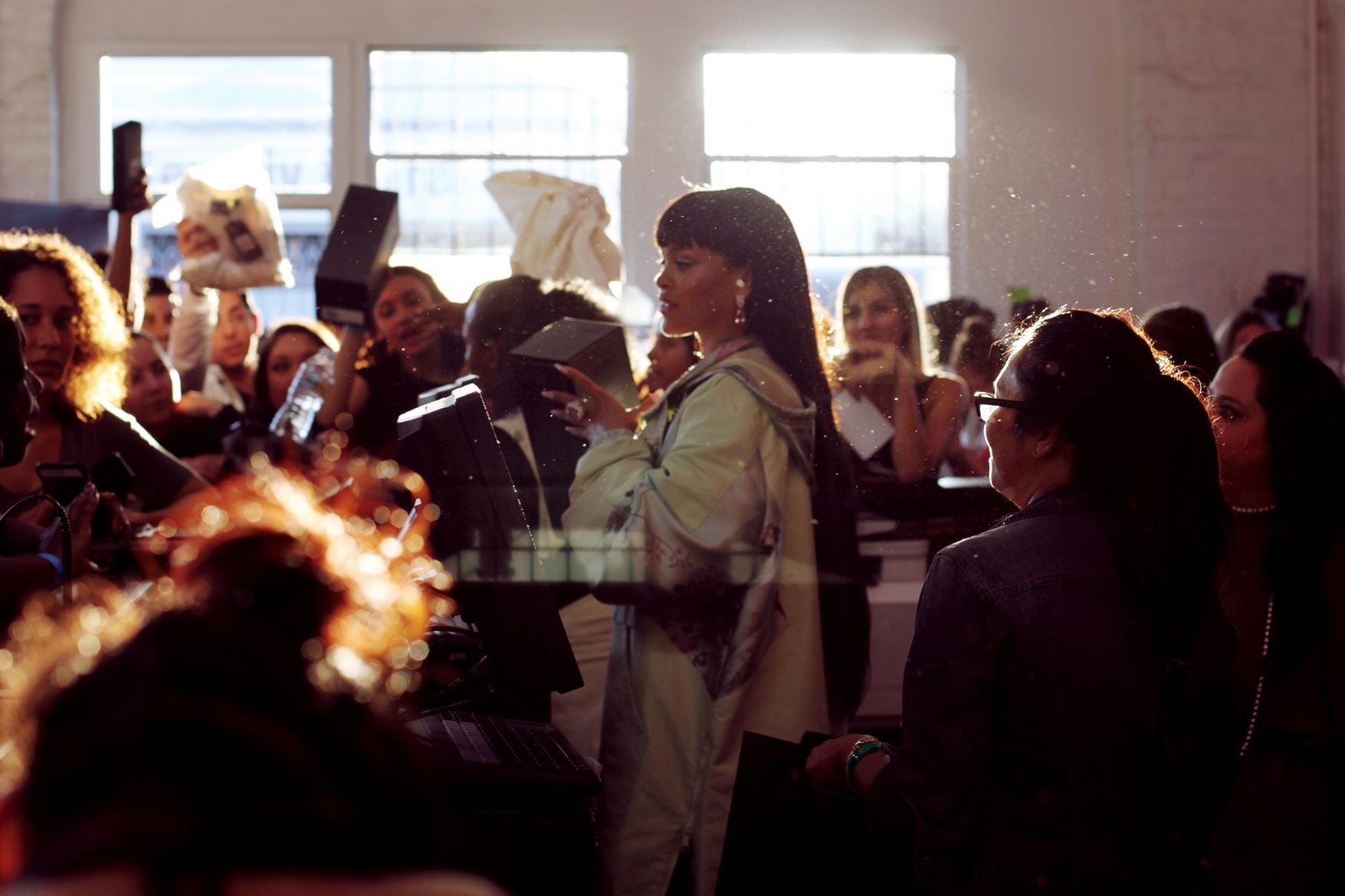 Rihanna joue la caissière pour l'ouverture de son magasin à Hollywood